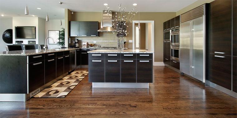 Кухня с деревянными полами – фото