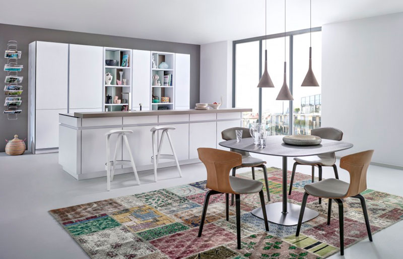Современная кухня-столовая с островом – фото