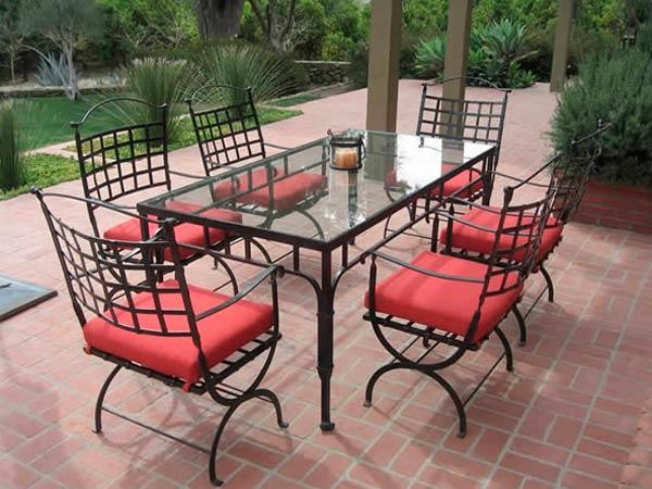 Кованый стол и стул в интерьере, благоустройство террасы и сада