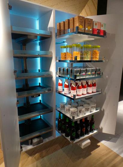 шкафы в кухню с выдвижными ящиками карго