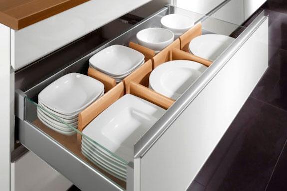 Выдвижные шкафы для посуды могут иметь удобные разделители