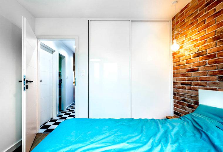 Маленькая спальня со встроенными шкафами со стороны двери – фото