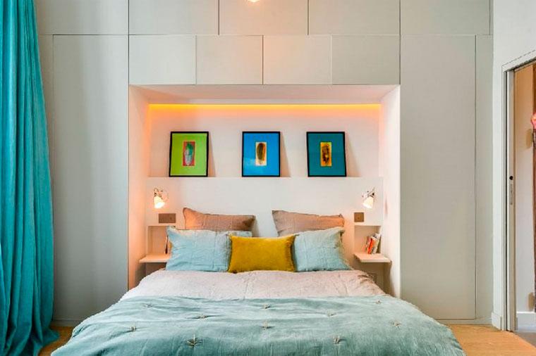 Встроенный шкаф над кроватью с подсветкой – фото
