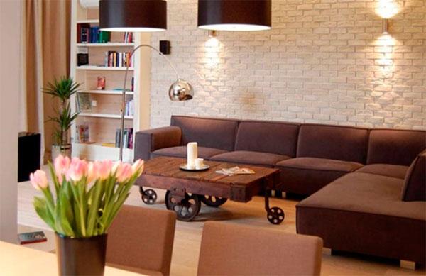 Светлые тона стен создают контраст с темной мебелью
