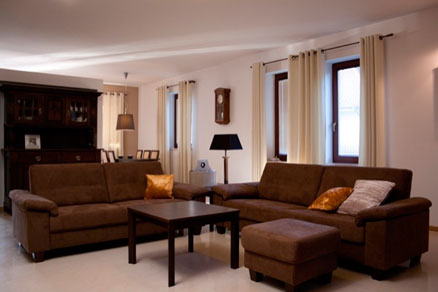 коричневая мебель, какие шторы лучше