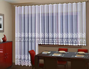 Как выбрать идеальные занавески на кухню на окно с балконной дверью?