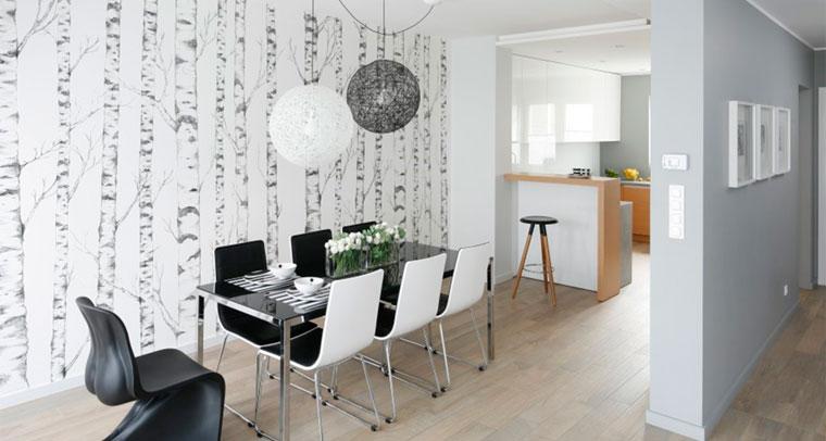 Стена над обеденным столом в кухне может быть оформлена обоями