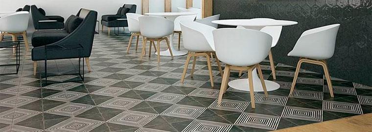 Черно-белая плитка на полу в интерьере – фото