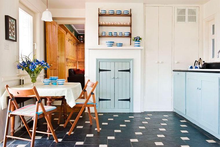 Интерьер кухни с черным полом и интересным рисунком – фото