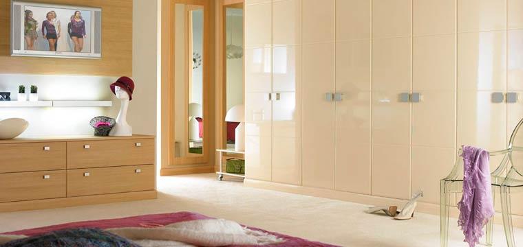 Интерьер спальни со встроенными шкафами – фото