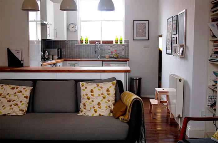 Кухня с барной стойкой и диваном