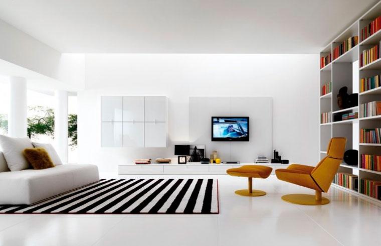 Белые двери, белые полы в комнате