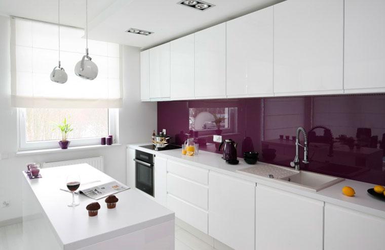 Стена над столешницей исполненная из глянцевого стекла ярко фиолетового цвета