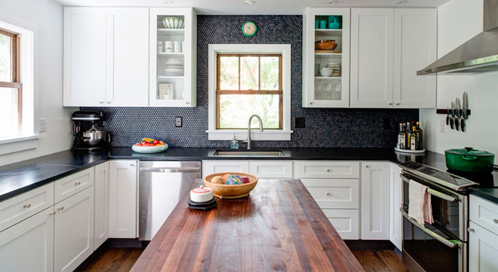 Dark wall above the table top adds elegance to the interior