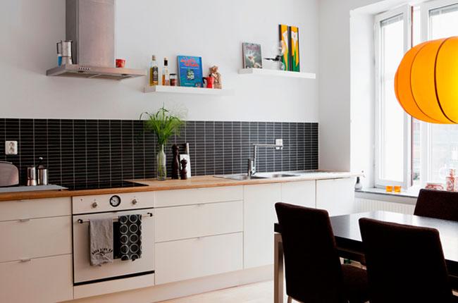 Черный фартук в кухне из мозаики