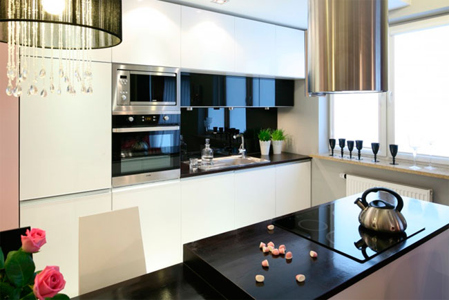 Гламурная черно-белая кухня с темным блестящим фартуком