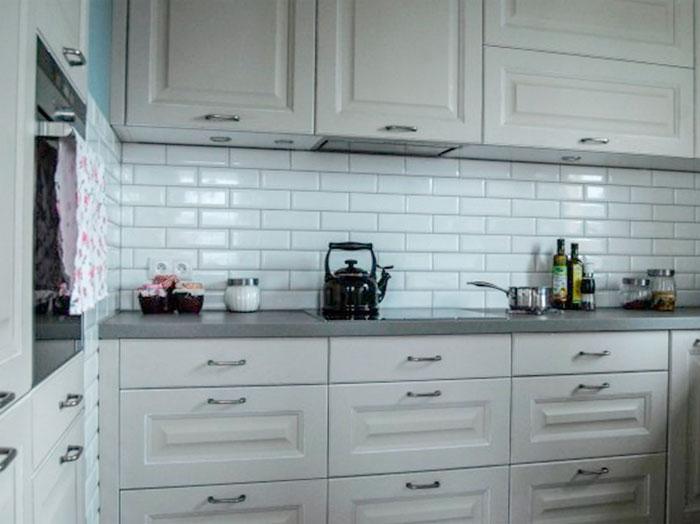 Керамическая плитка для кухни кабанчик в сочетании с классической мебелью