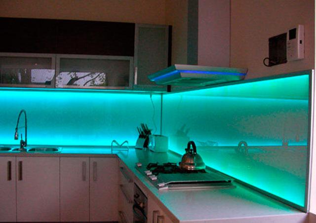Угловая кухня со стеклянным фартуком и подсветкой