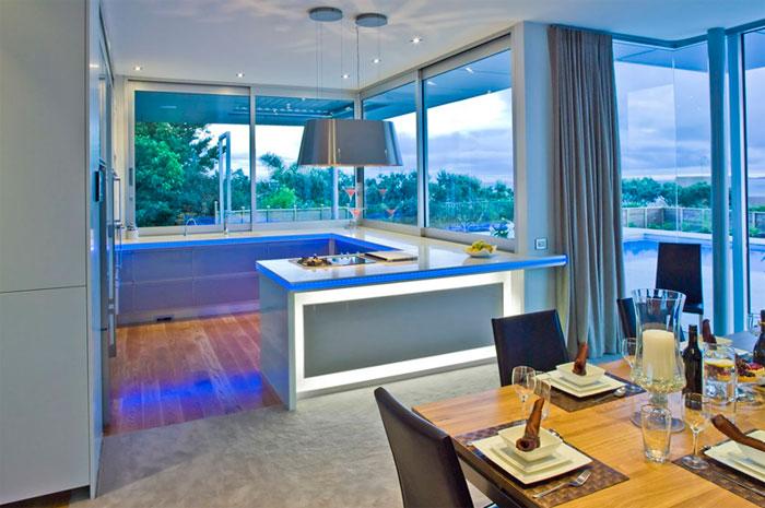 Интерьер кухни голубого цвета – мебель