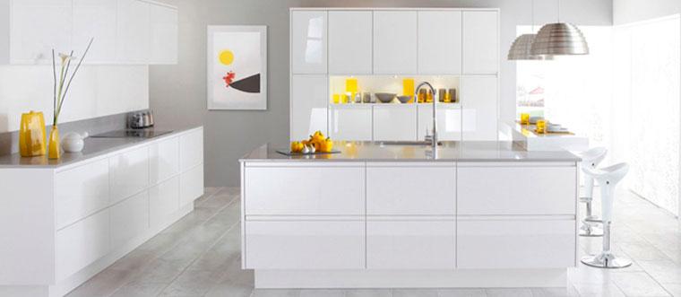 Дизайн белой кухни в стиле хай тек с незначительными желтыми акцентами