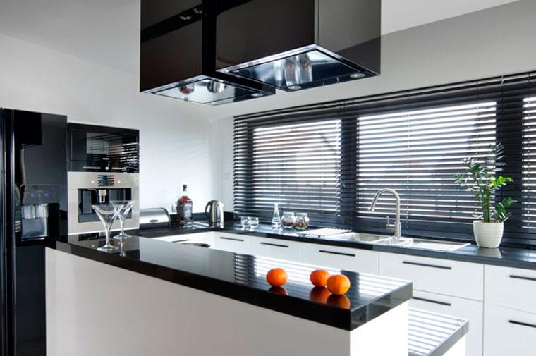 Какие жалюзи лучше на кухню, пластиковые или тканевые?