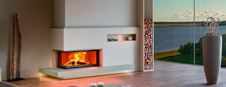 Теплая отделка камина хорошо подходит для больших гостиных