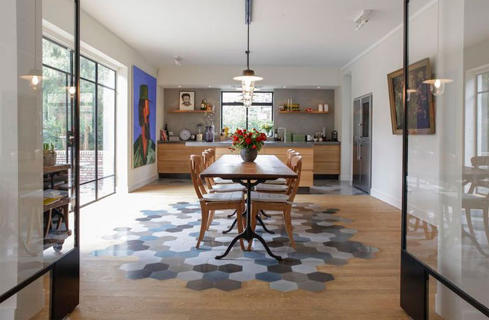 Фото. Напольная плитка сотами в стиле пэчворк на полу кухни