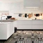 Напольная плитка пэчворк на полу в кухне
