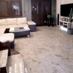 Каменный пол в гостиной