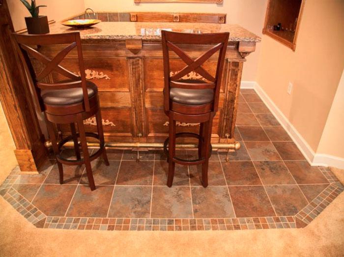 Керамическая плитка под стульями