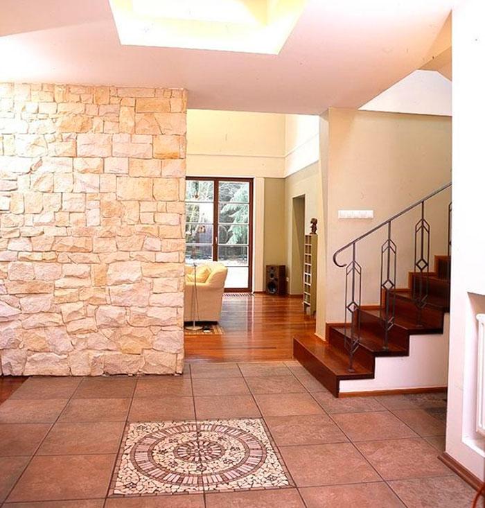 стена с каменной облицовкой