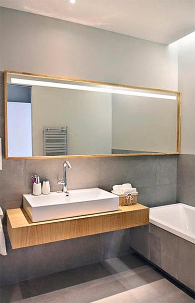 белая керамика и отделка под дерево даст в композиции со стенами в ванной комнате в сером цвете