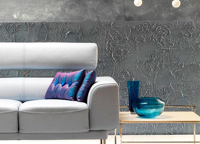 Штукатурка позволяет быстро и эффективно украсить стены в гостиной