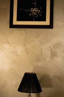 Декоративная стена с металлическим блеском в гостиной