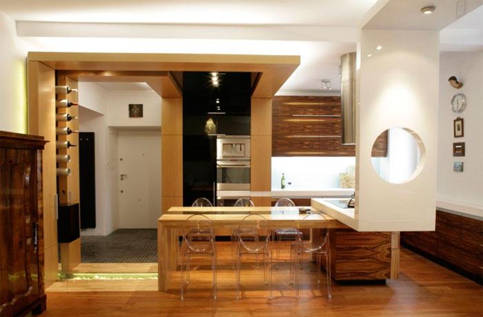 Коричневая кухня и хорошее освещение