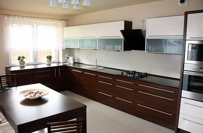 Коричневая мебель для кухни
