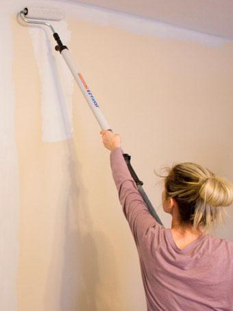 Для окраски труднодоступных мест в углах и на потолке полезна будет телескопическая палка