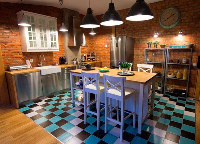 Фото. Маленькая кухня в стиле лофт с метталическими фасадами мебели, деревянными столешницами, стеллажами и кирпичной стеной