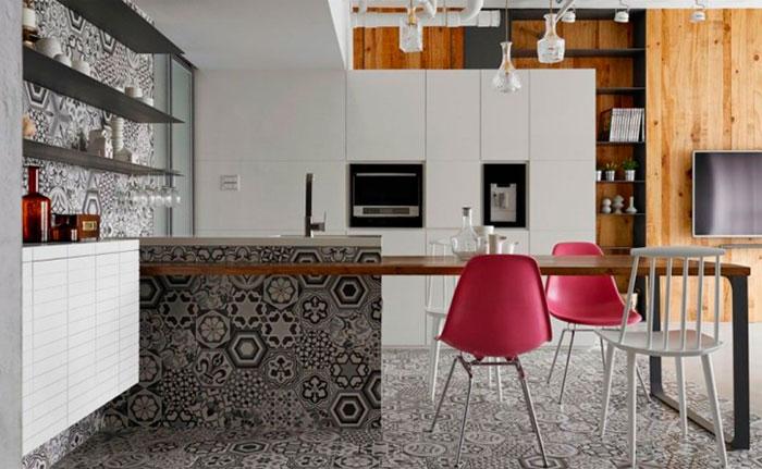 Фото. Белая кухня в стиле лофт с плиткой пэчворк в главной роли