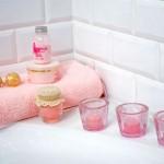 Аксессуары для ванной комнаты в модных цветах