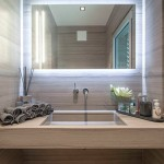 Светильник в ванную комнату над зеркалом и вокруг него