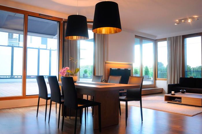 Подвесные светильники над столом в столовой