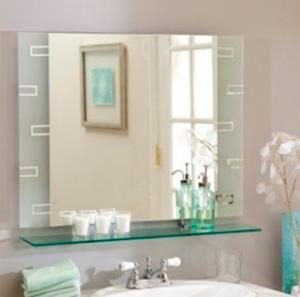 Шкаф с зеркалом отражающий окно