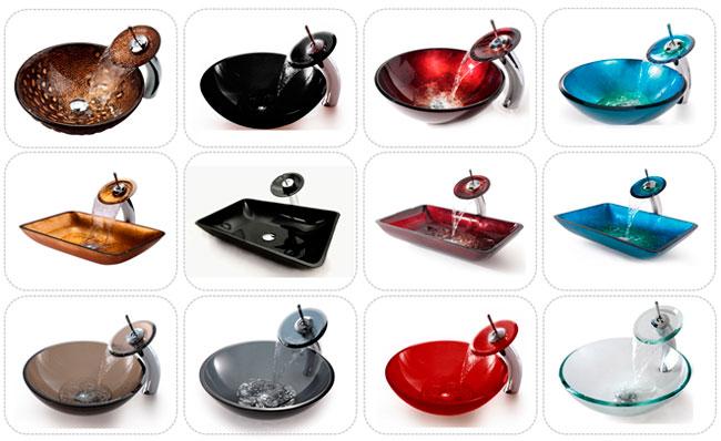 Раковина из стекла и остальные предметы интерьера ванной