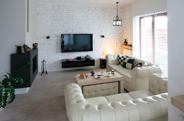Кирпичная стена под телевизор в гостиной