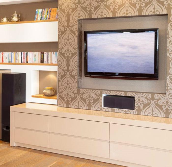 Стена в гостиной с телевизором, оклеенная обоями