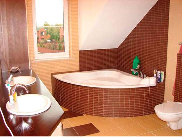 Дизайн ванной комнаты на чердаке со скошенными стенами