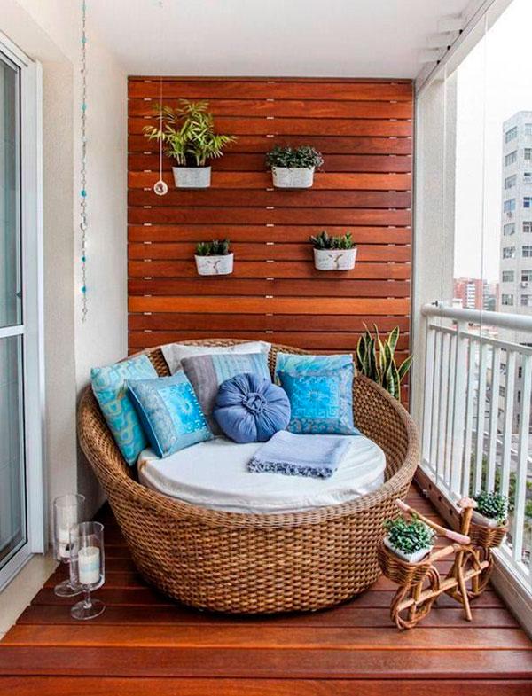 Интерьер балкона квартиры, отделанный деревом