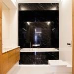 Каменная стена в ванной комнате