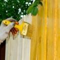 Как покрасить деревянный забор